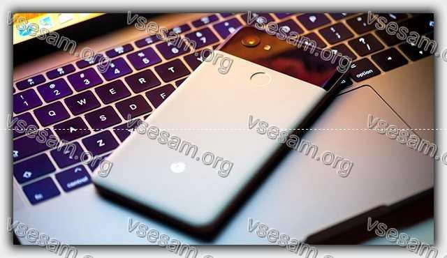 смартфон на ноутбуке