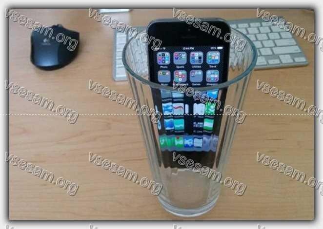 смартфон в стакане