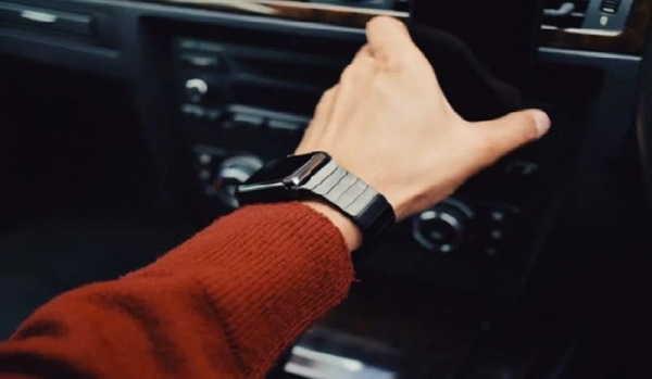смарт часы на руке