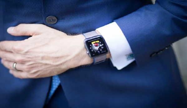 умные часы на руке